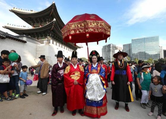 571돌 한글날인 9일 오후 서울 종로구 광화문 앞에서 훈민정음 반포식 및 세종대왕 어가행렬 재현행사가 펼쳐지고 있다./사진=홍봉진 기자