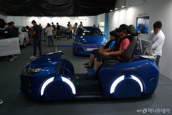 '2017 지상군 페스티벌'을 찾은 관람객들이 현대차의 자율주행 가상현실(VR) 4D 시뮬레이터를 체험하고 있다./사진제공=현대차