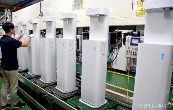 코웨이 유구공장에서 직원이 신제품 '나노직수 정수기 P-560ON' 제품을 생산하고 있다/사진제공=코웨이