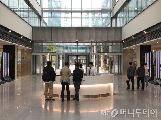 11일 서울 강서구 마곡동 LG사이언스파크 W6동 1층 로비에서 방문객들이 직원으로부터 안내를 받고 있는 모습/사진=이정혁 기자