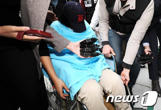 '어금니 아빠' 이영학씨(35)의 딸 이모양(14)이 영장실질심사를 받기 위해 12일 오전 서울 도봉구 북부지방법원으로 들어서고 있다. /사진=뉴스1