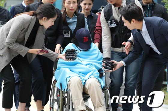 '어금니 아빠' 이모(35)씨의 딸 이모(14)양이 영장실질심사를 받기 위해 12일 오전 서울 도봉구 북부지방법원으로 들어서고 있다. /사진=뉴스1