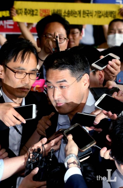 가장 많은 가습기 살균제 피해를 낸 옥시의 존 리 전 대표가 지난해 5월 피의자 신분으로 서울중앙지방검찰에 출석하는 모습. /사진=홍봉진 기자