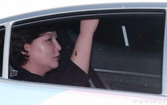 고(故) 김광석씨의 부인 서해순씨(53)가 지난달 25일 오후 서울 마포구 상암동 JTBC 사옥을 떠나고 있다. /사진=김창현 기자