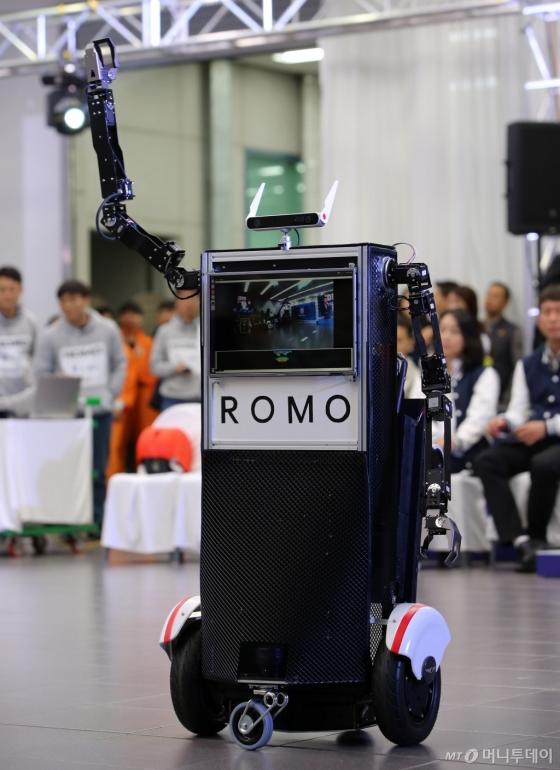 현대·기아차의 '2017 연구개발(R&D) 아이디어 페스티벌'에서 최우수상을 받은 모빌리티(소형 이동수단)와 인공지능, 양팔형 로봇팔을 결합시킨 장치'로모'/사진제공=현대·기아자동차