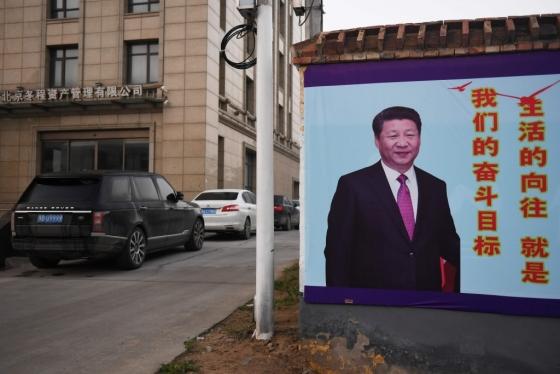 중국 허난성 란카오시의 한 거리에 시진핑 중국 국가주석의 사진이 걸려 있다. 중국 공산당은 오는 18일 제19차 전국대표대회를 열고 시진핑 주석이 이끄는 2기 지도부를 결정한다. /AFPBBNews=뉴스1