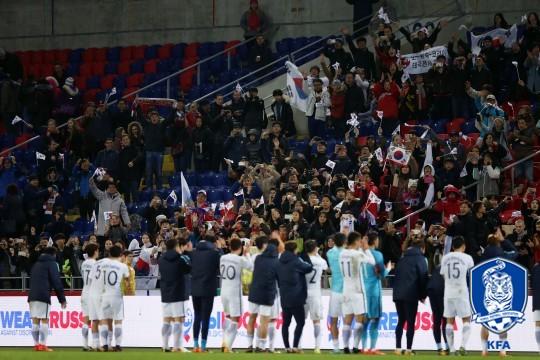 러시아전을 마친 뒤 한국 축구 팬들에게 인사하는 대표팀 선수들 /사진=대한축구협회 제공<br /> <br />