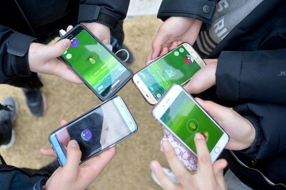 초등학생들이 스마트폰으로 게임을 즐기고 있다/사진=뉴스1