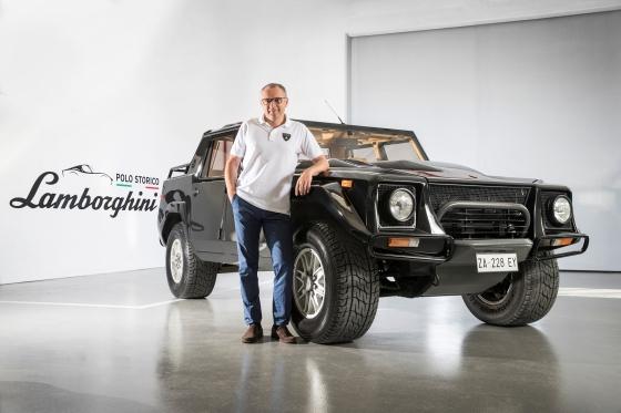 오토모빌리 람보르기니 CEO 스테파노 도메니칼리(Stefano Domenicali)와 LM002 복원 차량/사진제공=SQDA