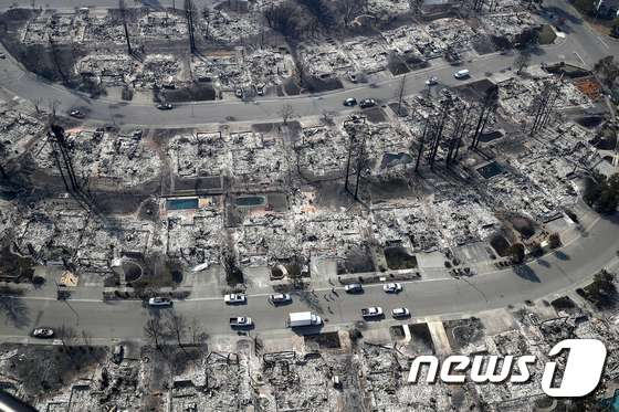 미국 캘리포니아 북부의 대형 산불이 건조한 바람을 타고 더욱 확대되면서 11일(현지시간) 사망자가 20명 이상 발생했다. 사진은 피해가 극심한 소노마 카운티의 산타로사 지역 전경. © AFP=뉴스1
