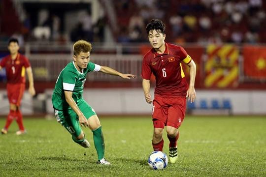 쯔엉(오른쪽)의 드리블 모습 /사진=강원FC 제공<br /> <br />