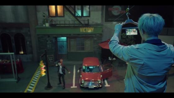 아이돌그룹 블락비가 'LG V30'를 옷걸이에 고정시키고 높은 곳에서 낮은 곳으로 내려보내며 촬영하고 있다. /사진제공=LG전자.