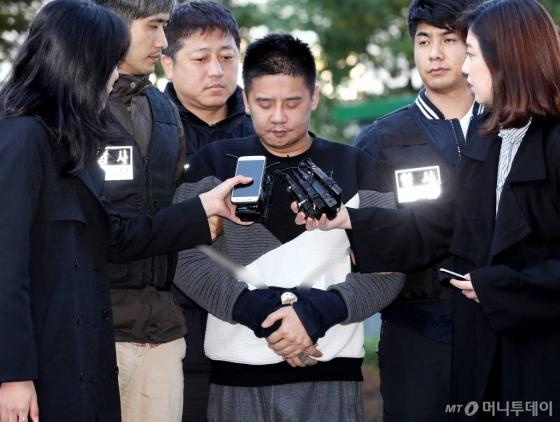 딸의 친구를 살해하고 시신을 유기한 혐의를 받는 '어금니 아빠' 이영학(35)이 13일 오전 서울 북부지방검찰청으로 송치됐다./사진=홍봉진 기자
