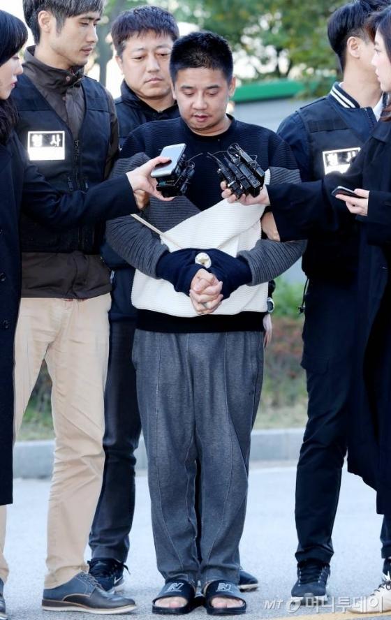 딸의 친구를 살해하고 시신을 유기한 혐의를 받고 있는 '어금니 아빠' 이영학(35)이 13일 오전 서울북부지방검찰청으로 송치됐다./사진=홍봉진 기자