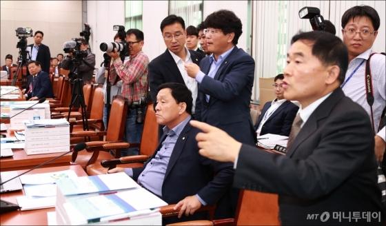 [사진]자리 뜨는 민주당 의원들