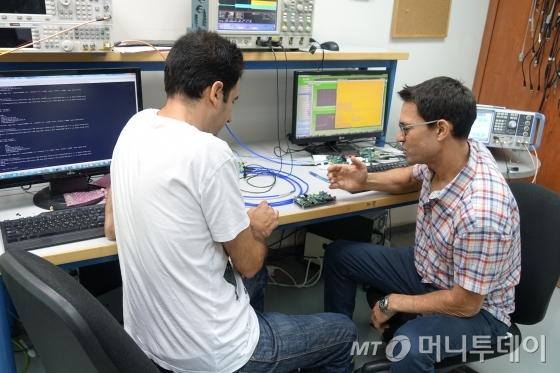 V2X(차-사물 간 통신)를 통한 자동차 사이버보안 기업 오토톡스(Autotalks)의 연구진들이 토론을 하고 있다./사진=텔아비브(이스라엘)=장시복
