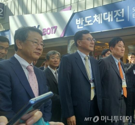 최창식 동부하이텍 사장(앞줄 왼쪽에서 두번째)이 17일 '2017 한국전자전'에 참석해 부스 개요에 대한 설명을 듣고 있다/사진=김성은 기자