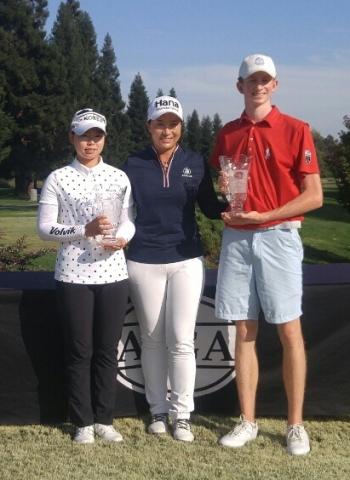 지난 8월 미국 캘리포니아주에서 열린 '세리박 주니어 챔피언십'에서 우승한 임희정 선수(왼쪽)가 박세리 선수(가운데)와 기념촬영을 하고 있다. / 사진제공=OK저축은행