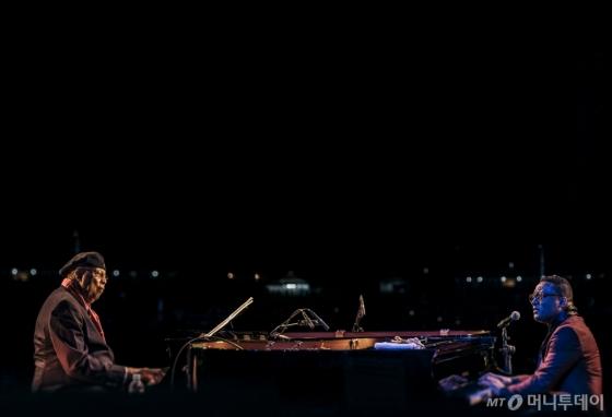 20일 첫날 자라섬국제재즈페스티벌 무대에 오른 추초 발데스(왼쪽)와 곤잘로 루발카바. /사진제공=노승환<br />