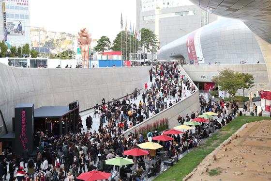 2018 S/S 헤라 서울패션위크를 찾은 시민들 모습