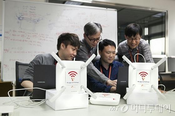 SK텔레콤은 최대 속도 4.8Gbps에 달하는 차세대 와이파이 기술과 AP를 개발하고, 자사 분당사옥에서 이를 시연하는 데 성공했다고 23일 밝혔다. 사진은 SK텔레콤 연구원들이 차세대 와이파이를 시연하고 있는 모습./사진제공=SKT