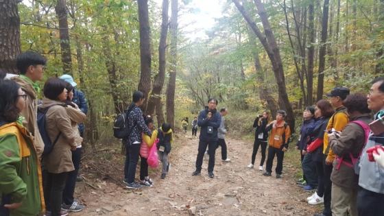 '옛길 걷기 인문학' 참가자들이 정성권 동국대 강사의 강연에 귀기울이고 있다. /사진=구유나 기자