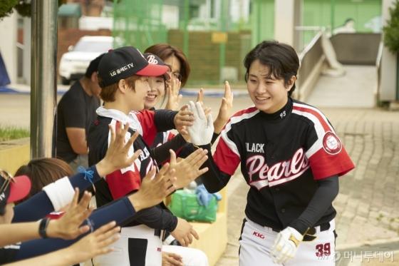 김혜리 현대모비스 연구원이 야구 경기 중에 블랙펄스 팀원들의 축하를 받고 있다./사진제공=현대모비스