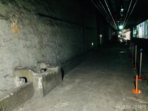 거친 표면과 미완성된 구조물이 그대로 남아있는 역 내부 /사진=남궁민 기자