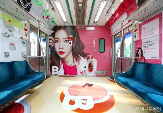 11월25일까지 비바이바닐라가 지하철 2호선 내부에 화보 콘셉트로 랩핑 광고를 진행한다./사진제공=비바이바닐라