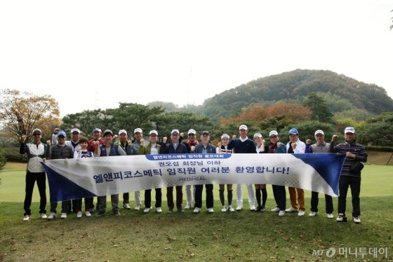 권오섭 회장(오른쪽8번째)이 지난 26일 첫 임직원 골프대회를 열고 화이팅을 외치고 있다. /사진=김유경기자
