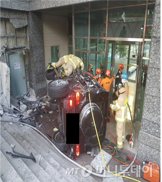 30일 서울 강남경찰서와 소방 당국에 따르면 배우 김주혁씨가 이날 오후 4시27분쯤 서울 삼성동 봉은사역 사거리에서 자신이 타고 있던 벤츠 SUV(스포츠유틸리티차량)가 전복되는 사고를 당해 사망했다./사진=강남소방서 제공