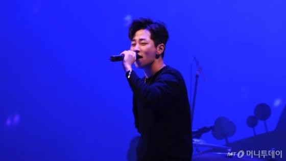 지난달 28일 서울광장에서 열린 '2017 청춘콘서트&청춘박람회'에서 공연하는 딘딘. /사진=이상봉 기자