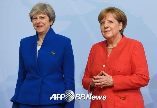 테리사 메이 영국 총리(왼쪽)와 앙겔라 메르켈 독일 총리 /AFPBBNews=뉴스1