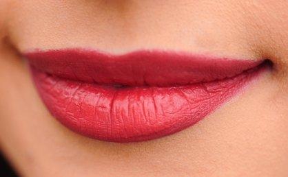 """""""찬바람에도 매끈""""…촉촉한 입술 만드는 3가지 방법"""