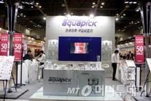 다양한 오럴케어 제품을 판매하고 있는 아쿠아픽 전시장/사진=김진수 에디터