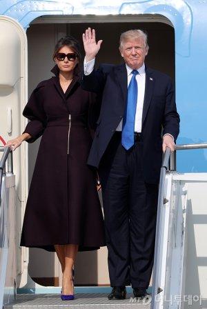 트럼프-멜라니아의 눈길 끈 방한 패션…'이니 블루?'