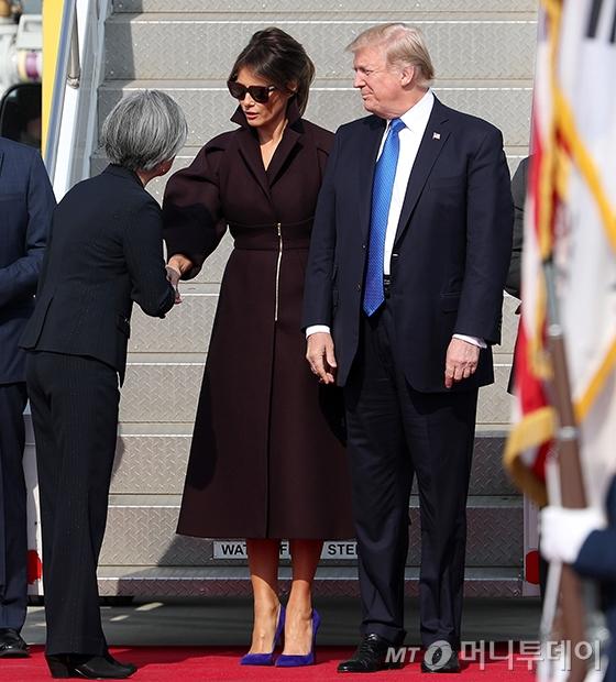 도널드 트럼프 미국 대통령과 멜라니아 트럼프 여사를 맞이하는 강경화 외교부 장관/사진=홍봉진 기자