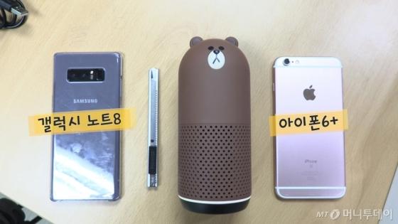 프렌즈 스피커를 갤럭시 노트8, 아이폰 6+와 나란히 눕히면 이렇다.