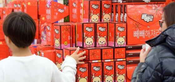 지난해 11월10일 빼빼로데이를 하루 앞두고 서울 중구의 한 대형마트에서 소비자들이 다양한 종류의 빼빼로를 살펴보고 있다. /사진=뉴시스