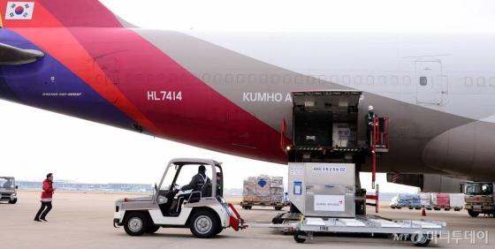 AI 여파로 미국산 달걀 수입을 위한 검사용 샘플이 도착한 지난 1월 12일 인천 중구 아시아나항공 화물터미널에서 아시아나항공 화물 관계자가 달걀이 담긴 컨테이너를 옮기고 있다./사진=뉴시스