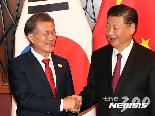 문재인 대통령이 시진핑 중국 국가주석과 11일 오후(현지시각) 아시아태평양경제협력체(APEC) 정상회의가 열린 베트남 다낭의 한 호텔에서 정상회담에 앞서 악수하고 있다./사진=뉴시스