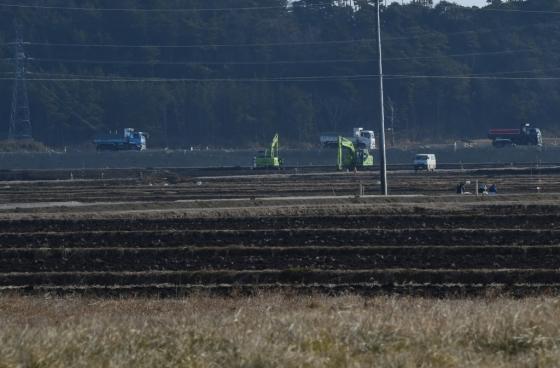 지난해 2월 후쿠시마현의 논 주변에서 재건 작업이 이뤄지고 있다. /AFPBBNews=뉴스1