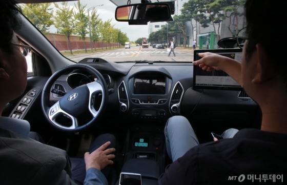 남양연구소 연구원들이 자율주행차를 직접 시현하고 있는 모습/사진제공=현대차그룹