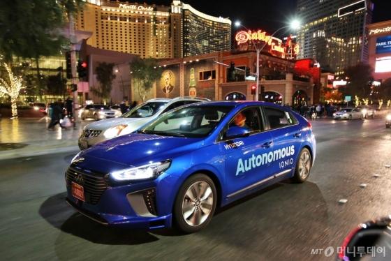 현대차가 올해초 'CES 2017' 개막에 앞서 미국 라스베이거스컨벤션센터(LVCC) 주변 도로에서 야간 자율주행을 시연한 '아이오닉 전기차(EV)'/사진제공=현대차그룹