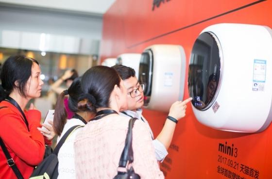 중국 항저우 알리바바 본사 내 동부대우전자 벽걸이 드럼세탁기 '미니' 신제품 런칭 행사장에서 소비자들이 제품을 둘러보고 있다. /사진제공=동부대우전자