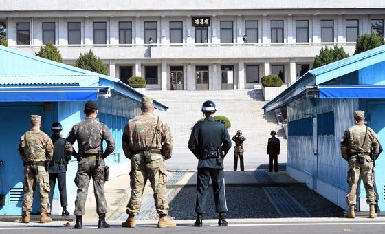 한미 국방장관이 경기도 파주 판문점 공동경비구역(JSA)에서 대북 메시지를 발표한 지난달 27일 오후 북한 병사들이 남측을 바라보고 있다./사진=뉴스1DB