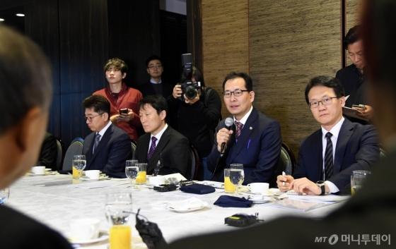 고형권 기획재정부 1차관(오른쪽에서 둘째)이 14일 서울시 영등포구 여의도동 CCMM빌딩에서 열린 종교인과세 간담회에 참석해 인사말을 하고 있다. /사진제공=기획재정부