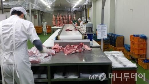 백돼지를 흑돼지로 속여 30억원 넘게 팔아 온 식육업체 임직원 구속