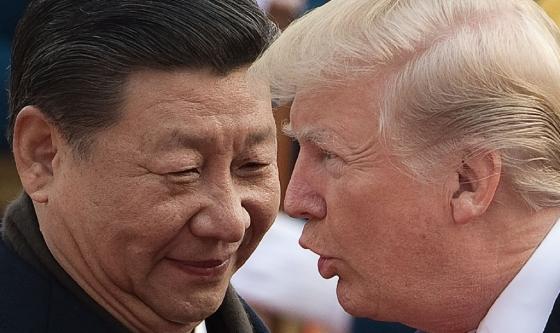 지난 9일 중국을 방문 중인 도널드 트럼프 미국 대통령(오른쪽)과 시진핑 중국 국가주석이 이야기를 나누고 있다. 양국 정상은 회담 후 발표한 공동 성명에서 한반도 비핵화와 경제 협력 등을 강조했다. 하지만 '인도-태평양 전략'의 부상으로 갈등의 불씨가 남았다.