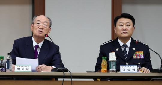박재승 경찰개혁위원회 위원장(왼쪽)과 이철성 경찰청장(오른쪽) / 사진=뉴스1
